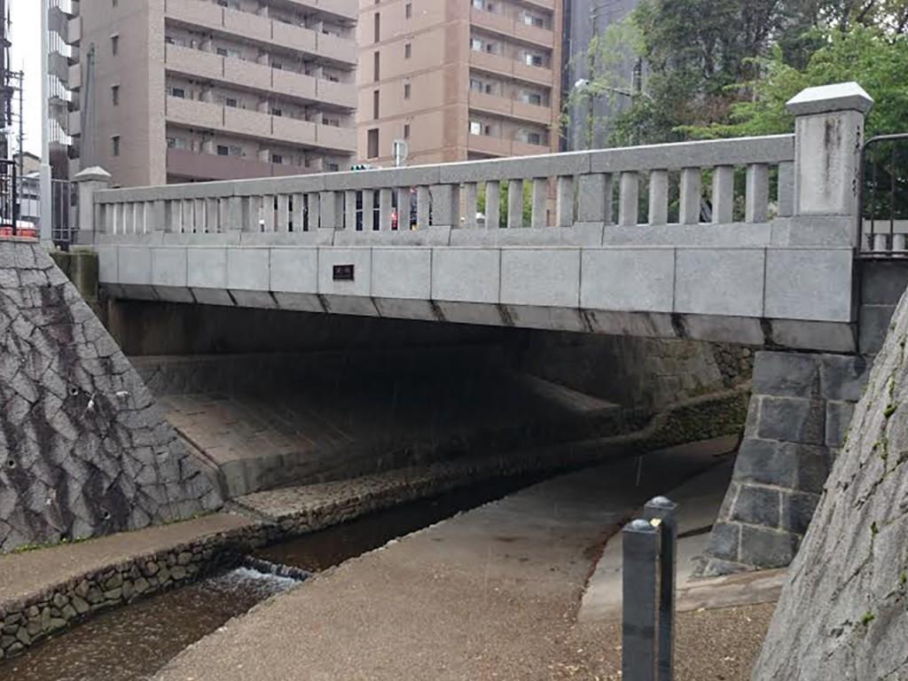 現在の一条戻橋は平成7年に架け替えられたもの