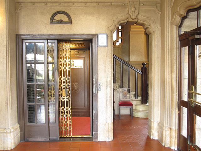 東華菜館 - エレベーター外観 1階