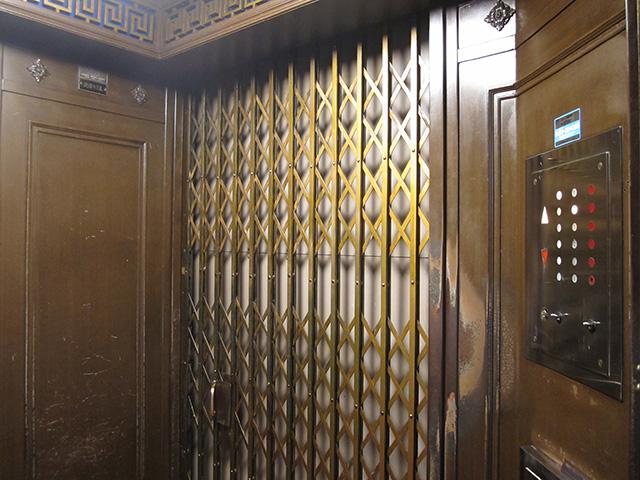 東華菜館 - エレベーター内部