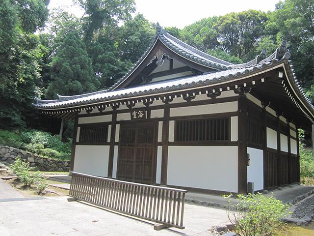 東大寺の湯屋に次いで古い浴室は重要文化財。貴重な水を節約するため蒸し風呂形式だった。