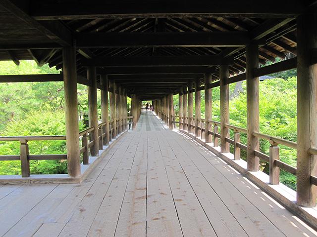 本堂と開山堂を結ぶ通天橋。渓谷を渡る労苦から僧を救うため、天授6(1380)年に春屋妙葩(しゅんおくみょうは)が架けたという。