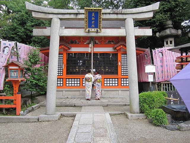 八坂神社 - 美御前社