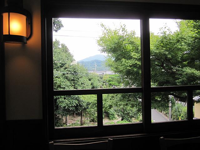 カフェ真古館 - 窓から東山