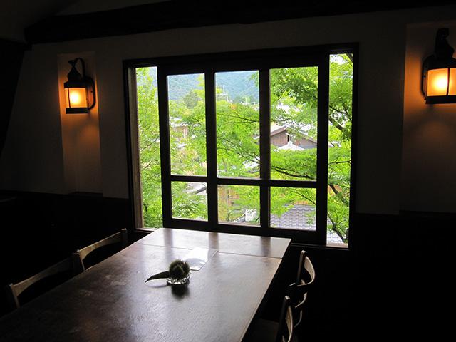 カフェ真古館 - 窓からの緑