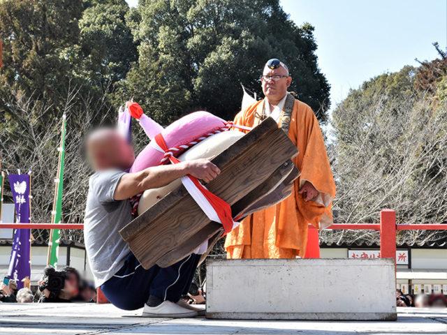 醍醐寺の五大力さん - 餅上げ3