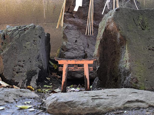 満足稲荷神社 - 狐の通り道