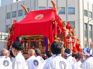剣鉾と神輿が練り歩く春日祭